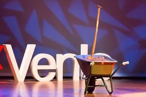 Betonkarren mit Erde und Schaufel auf der Bühne - TEDxVenlo 2017