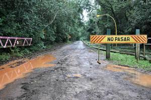 Betreten verboten! Zeichen auf einer schlammigen Straße in Brasilien