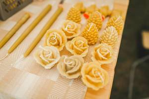 Bienenwachskerzen in Rosen- und Kiefernformen