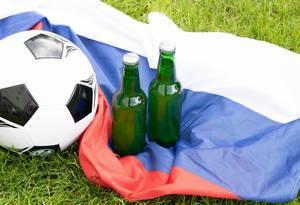 Bierflaschen auf der Flagge Russlands