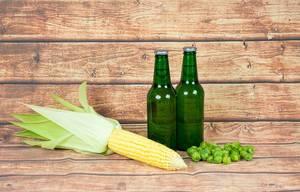 Bierflaschen, Hopfen und Maiskolben