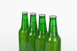 Bierflaschen in einer Reihe