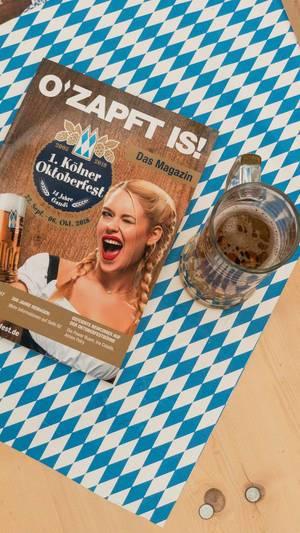 Bierkrug und Flyer des ersten Kölner Oktoberfest