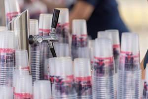Bierzapfanlage und Bierbecher aus Plastik
