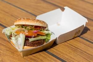 Big Vegan TS mit Sojabratling und Weizeneiweiß, Senfsauce, Ketchup, Lollo Bionda Salat und frischen Tomaten ist neuer Teil des McMenüs