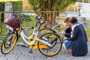 Bike-sharing: Couple start the renting of OBikes in Munich