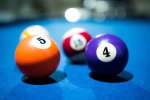 Billardspiel mit dem Fokus auf Billardkugel 5 und 4