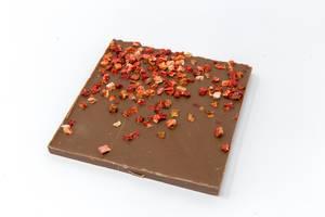 Bio Protein Schokolade mit Kokosblütenzucker und Erdbeerstückchen auf weißem Hintergrund