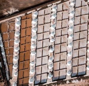 Bird eye view of salt piles during production / Vogelperspektive von Salzhaufen während der Produktion