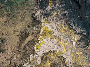 Bird eye view of the rocky landscape covered in moss / Vogelperspektive der felsigen Landschaft umfasst im Moos