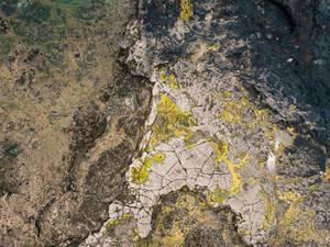 Bird eye view of the rocky landscape covered in moss / Vogelperspektive der felsigen Landschaft umfasst im Moos
