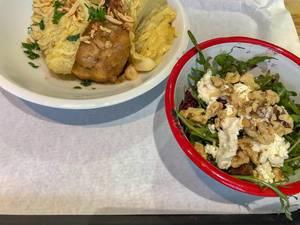 Birnen-Gorgonzola Knödel in Wirsing, verfeinert mit Mandelsplittern und Rotkohl-Rucola-Salat mit Datteln, Walnüssen und Ziegenkäse als Beilage