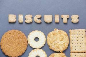 Bischuits Kekse in Buchstabenform mit verschiedenen anderen runden Keksen