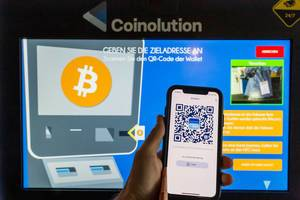 Bitcoin-App BlueWallet auf dem Smartphone verbindet sich mit dem Coinolution-Automaten, für den Bitcoin-Transfer