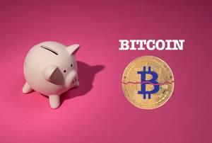 Bitcoin Aufschrift über einer Bitcoinmünze, auf pinker Hintergrund, neben einem rosa Sparschwein