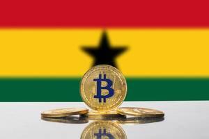 Bitcoin in gold steht unter dem schwarzen Stern der Flagge von Ghana