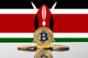 Bitcoin-Münzen, eine Kryptowährung, arrangiert vor der Flagge des afrikanischen Landes Kenia