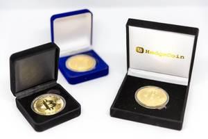 Bitcoin-Münzen in edlen Sammlerboxen