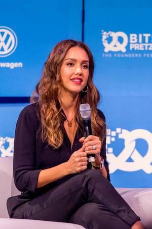 Bits & Pretzels: Jessica Alba wird auf der Bühne interviewt