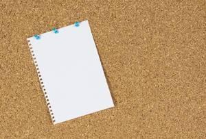 Blatt Papier angeheftet an eine Tafel aus Korken