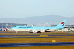 Blau-weißes Flugzeug von Korean Air Cargo auf der Startbahn