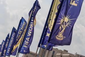 Blaue Fahnen der Fußball-Weltmeisterschaft 2018