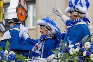 Blaue Funken begrüßen die Zuschauer - Kölner Karneval 2018