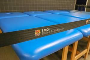 Blaue Massageliegen des Fußballvereins FC Barcelona sind Teil der Camp Nou - Barca Stadiontour und des Fußballmuseums in Spanien