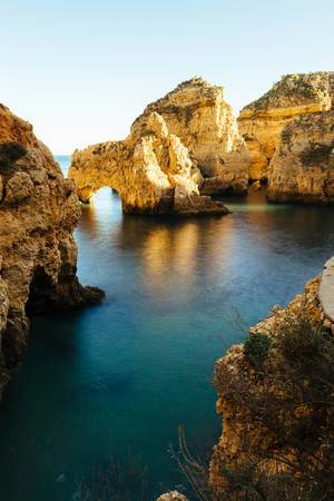 Blaue Meereslagune aus Klippen und Felsen mit Höhlen und Tunnels