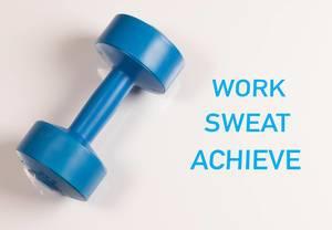 """Blaue Sport-Hantel vor weißem Hintergrund mit dem Text """"Work Sweat Achieve"""" (Arbeite, Schwitze, Erreiche)"""