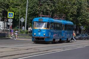 Blaue Straßenbahn in Moskau