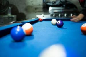Blauer Billardtisch mit dem Fokus auf der Billardkugel 4