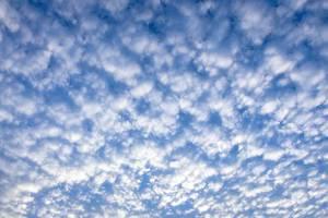 Blauer Himmel mit weißen Wattewolken