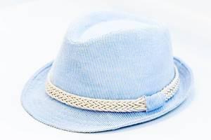 Blauer Hut mit weißen Streifen auf hellem Hintergrund