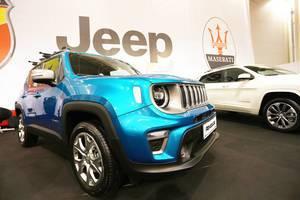 Blauer Jeep Renegade beim Bukarest Auto Show