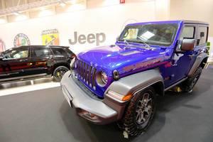 Blauer Jeep Wrangler Rubicon beim Bukarest Auto Show