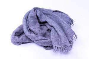 Blauer Schal auf weißem Hintergrund