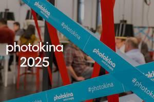 """Blaues Abspeerband der Foto-und Videomesse neben dem Bildtitel """"photokina 2025"""""""