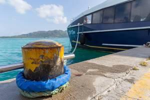 Blaues Boot auf dem Indischen Ozean im Hafen von Mahé, Seychellen