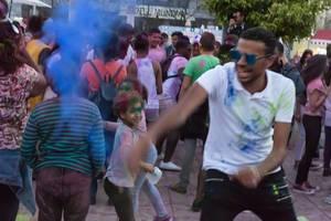 Blaues Holi-Pulver auf Martim Moniz