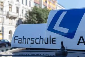 Blaues L-Zeichen auf dem Fahrzeug einer Fahrschule