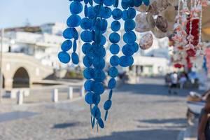 Blaues Windspiel hängt an einem Marktstand auf Paros, Griechenland