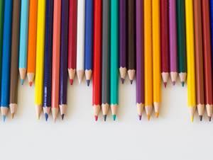 Bleistifte verschiedener Farben arrangiert im Zick-Zack-Muster