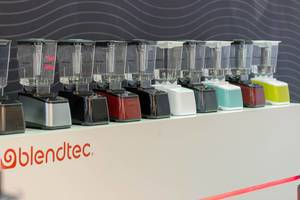 Blendtec-Mixer in verschiedenen Farben mit Behälter WildSide+