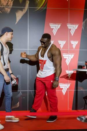 """Blessing """"The Boogieman"""" Awodibu plaudert mit einem Fan - FIBO Köln 2018"""
