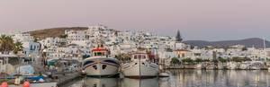 Blick auf den Hafen von Naoussa und die Kalkstein-Wohnhäuser auf der Insel Paros, Griechenland