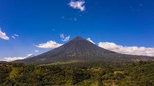 Blick auf den Wasservulkan (Volcan de Agua) in Antigua, Guatemala und den davor liegenden Dschungel