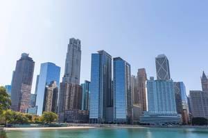 Blick auf die Chicago Wolkenkratzer von dem Michigan Seeufer: unter anderen der Onterie Center