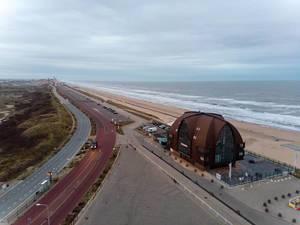 Blick auf die Küstenstrasse in Bloemendaal aan Zee mit Strand und Strandhotel