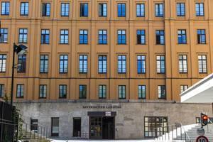Blick auf die ockerfarbene Fassade des bayrischen Landtags in München, Deutschland
